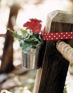 Daisy Decor Galvanized buckets with red gerbera daisies brighten up wooden posts. Read more: Party Decoration Ideas - Summer Party Ideas - Country Living Outdoor Parties, Outdoor Entertaining, Outdoor Fun, Outdoor Weddings, Outdoor Ideas, Anniversary Boyfriend, Summer Parties, Garden Parties, Deco Table