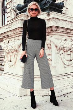 I like the classic look like this. Look com calça pantacourt xadrez, turtleneck e skinny boots. Sexy Work Outfit, Cute Work Outfits, Casual Outfits, Black Outfits, Skinny Boots, Mode Outfits, Winter Outfits, Spring Outfits, Business Outfits