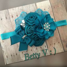 Miss ya choice Ribbon Art, Fabric Ribbon, Ribbon Crafts, Fabric Flowers, Diy Baby Headbands, Baby Hair Bows, Lace Headbands, Hair Bow Display, Bow Hairband