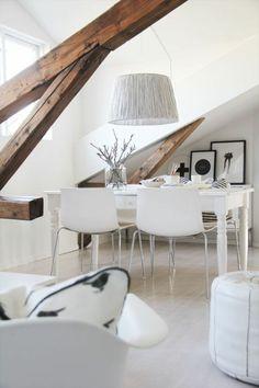 une jolie salle de séjour, chaises en plastique, lustre en papier gris, murs blancs