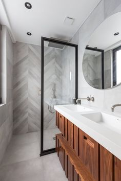 Salle de bains moderne et boisée avec paroi de douche esprit verrière pour séparer Bathroom Renos, Bathroom Renovations, Master Bathroom, Home Remodeling, Washroom Design, Bathroom Design Small, Bathroom Interior Design, Modern Bathroom Decor, Bathroom Inspo