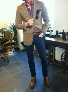 tweed/ blue chinos/ matching plad/ brown wingtips/ matching pocetsquare and wayfarers...simple and perfect