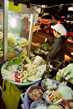 Night Market in Bangkok, Thailand Laos, One Night In Bangkok, Ana Alcazar, Asian Street Food, Thai Dishes, Thai Recipes, Different Recipes, International Recipes, Food Truck