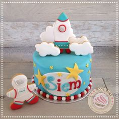 Rocket cake. The rocket, clouds and astronaut are cookies. Taart met raket, wolken en Astronaut koekjes
