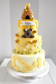 Honeycomb and honeycomb cake: how to make it happen? - honeycomb and honeycomb cake design tiered - Bee Birthday Cake, Russian Honey Cake, Bolo Fack, Amazing Cakes, Beautiful Cakes, Honeycomb Cake, Bee Cakes, Novelty Cakes, Pretty Cakes