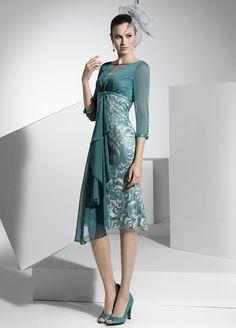 Vestido recto corto, confeccionado en Crep y Encaje al tono.