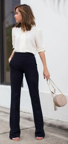 49983fffc7fc business kleider elegantes weises hemd schwarze hose kleine beige tasche  beige schuhe Büro Mode, Mode