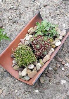 Amazing DIY garden decor with roof tiles Vertical Garden Design, Flower Garden Design, Herb Garden Pallet, Garden Pots, Garden Care, Amazing Gardens, Beautiful Gardens, Jardim Vertical Diy, Small Yard Landscaping