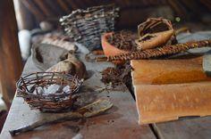 Kivikauden talossa on esillä on monenlaisia puusta valmistettuja tarve-esineitä. Luuppi, Oulu (Finland)