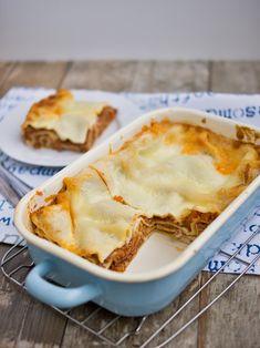Boloňské lasagne patří k těm několika jídlům, které mám hrozně ráda, ale zaberou spoustu času a zapatláte s tím půlku kuchyně. Jelikož boloň...