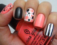 Uñas naranjas, negras y blancas con puntos