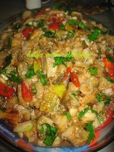 Klasik yesil salata anlayisinin disinda bir salata; patlican salatasi...cok renkli, hafif ve lezzetli tabi patlican sevenler icin:)) Malzemeler: 5 kozlenmis patlican 2 kozlenmis kirmizi bibe...