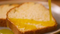 """Onedio Yemek on Instagram: """"Mis gibi limon kokusunu evin her yerine yaymak için doğru tariftesiniz! Aman dikkat bir dilim alan kesin ikinciyi de istiyor bizden…"""" Cornbread, Ethnic Recipes, Twitter, Instagram, Food, Millet Bread, Essen, Meals, Yemek"""