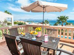 ¿A quién no le apetece desayunar en un sitio como este? Villa en #Alcudia para 8 personas.