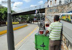 A pesar de que está prohibido, algunos vendedores ambulantes logran ubicar sus puestos en el bulevar de la Avenida Colombia.
