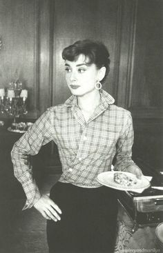 Audrey Hepburn/ Way to wear a too big button-down with panache !