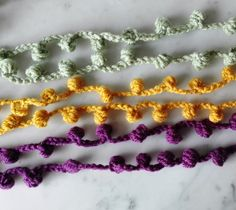 A fun garland you can crochet to decorate your home for a party, wedding, baby shower or just because Crochet Throw Pattern, Crochet Mask, Free Crochet, Knit Crochet, Crochet Patterns, Crochet Garland, Crochet Snowflakes, Crochet Hooks, Pom Pom Crafts