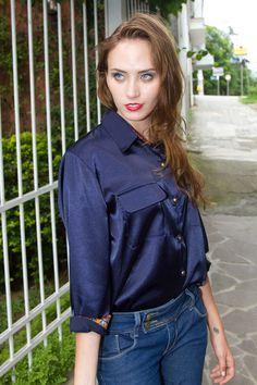 Camisa em Cetim, com bolsos com lapela frontais e manga 3/4 com detalhes em tecido estampado