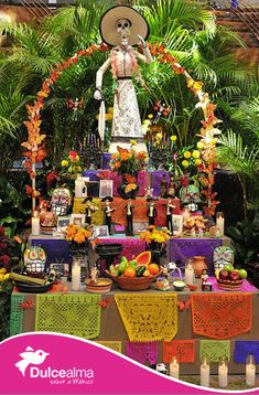 El 2 de noviembre, para rendir tributo a los muertos, en México colocamos un altar en el cual colocamos comida y bebida, se cree que el espíritu de nuestros ancestros hace un viaje para visitar a su familia, las veladoras los guían y la comida es por el largo viaje.   #ConoceMéxico