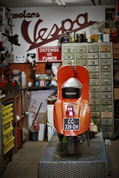 Motor Scooters, Vespa Scooters, Scooter Garage, Lml Star, Bike Lift, Italian Scooter, Tools And Toys, Best Scooter, Cafe Racing