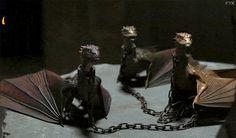 Фото Три огнедышащих дракона Drogon, Rhaegal и Viserion, закованных в цепи (Dracarys), анимация из телесериала «Игра престолов» / «Game of Thrones»