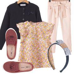 Per giocare e divertirsi ci vuole l'outfit giusto...ed eccolo qua! Pantaloni rosa con cintura in vita, blusa con fantasia multicolor, cardigan blu con piccolo fiocco applicato, cerchietto nei toni del blu e dell'azzurro e, per finire, slip on color vinaccia con frange e nappe.