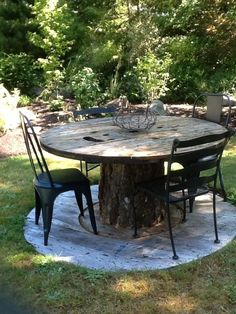 cable spool tables 30 Simple And Rustic DIY Ideas For Your Backyard And Garden Cable Spool Tables, Wooden Cable Spools, Wood Spool, Wire Spool Tables, Wooden Tables, Spools For Tables, Cable Spool Ideas, Tree Stump Table, Tree Table