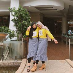 Harap maklum lah ya gais,nenek nenek harus di tuntun @adelashr 🤪. _______ •Mau samaan kaya aku dan adela? Yuk follow @chelloved_ skrg juga… Modern Hijab Fashion, Hijab Fashion Inspiration, Muslim Fashion, Modest Fashion, Retro Fashion, Korean Fashion, Fashion Outfits, Women's Fashion, Casual Hijab Outfit