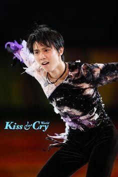 is performing at Olypmics Gala Exhibition. He's both the white swan and the black swan at the same time! Sendai, Miyagi, Hanyu Yuzuru, Yuzuru Hanyu Twitter, Figure Ice Skates, Male Ballet Dancers, World Figure Skating Championships, Olympic Champion, Figure Skating