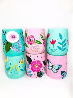 Painted Plant Pots, Painted Flower Pots, Bottle Art, Bottle Crafts, Pottery Painting Designs, Boutique Decor, Jar Art, Ceramic Painting, Hand Painted