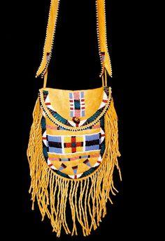 beaded bag by Angela Swedberg. Indian Beadwork, Native Beadwork, Native American Beadwork, Native American Decor, Native American Fashion, Native American Indians, Beaded Purses, Beaded Bags, Native Design