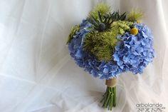 Ramo de novia con hortensias azules y flores verdes de Arbolande #ramodenovia #bridalbouquet #tendenciasdebodas