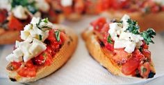 Μπρουσκέτες με ντομάτα και mozzarella Τραγανές μπρουσκέτες με ντομάτα και mozzarella.