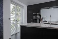 Persiennerne kan styres fra din mobil, uanset om du sidder hjemme i sofaen eller er på ferie. På den måde kan de elektrinske persienner skabe lys og skygge, sikre et rart indeklima og endda simulere aktivitet i hjemmet, hvis familien ikke er hjemme. Bathroom Lighting, Bathtub, Mirror, Kitchen, Furniture, Home Decor, Lily, Bathroom Light Fittings, Standing Bath