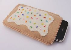Cute ipod case- I love poptarts! (Okay not really their nasty little things that make your teeth ROT) Felt Phone Cases, Cute Ipod Cases, Crochet Phone Cases, Felt Case, Cell Phone Pouch, Iphone Cases, Iphone 5c, Felt Crafts, Diy Crafts
