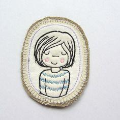 Badge ovale brodé visage fillette, taille 9 cm x 7 cm
