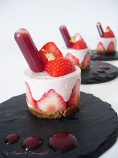 Mini strawberry and speculoos cheesecake - Un Amour de Gourmandise - - Party Food Supplies, Köstliche Desserts, Dessert Recipes, Holiday Desserts, Alcoholic Cupcakes, Alcohol Infused Cupcakes, Mini Cheesecakes, Cheesecake Recipes, Clean Eating Snacks
