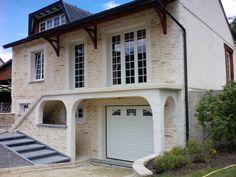 L'atypique de cette maison est due à ses voûtes, piliers et encadrements, ainsi que sa façade entièrement recouverte de l'enduit Decopierre®, l'enduit qui recrée la pierre.