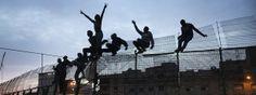 Cientos de inmigrantes intentan entrar en Melilla en distintos grupos