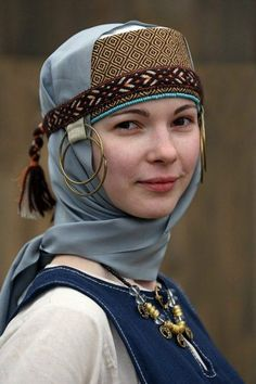 Temple rings in Russian women's costumes, century. Temple rings (temporal rings) were part of Slavic, Scandinavian and others' medieval women's dress. Traditional Fashion, Traditional Dresses, Historical Costume, Historical Clothing, Folk Costume, Costumes, Moda Medieval, Costume Ethnique, Ethno Style