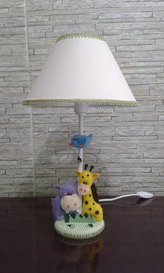 Abajur tema safári com cúpula revestida em tecido com animais de feltro.  Aceito pedidos em outras cores. R$ 54,90