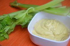 Mandelmayo:   - 2 EL Mandelmus  - 150 ml Wasser  - 1 TL Kräutersalz  - Saft einer Zitrone  - 1 Prise Curry  - 1 Prise Kurkuma  - 1 EL Senf  - ein bisschen Sojasauce  - ein bisschen Hefeflocken  - Öl