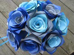 Ce bouquet est plein de couleur ! Dix roses arc-en-ciel en blues, Sarcelles, turquoise et gris, faire une jolie petite addition à nimporte quel