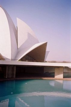 Completed in 1986 in Delhi, India. Popularly known as the Lotus Temple, the Bahá'í House of Worship in New Delhi, India is a house of worship that was designed by Iranian architect. Sacred Architecture, Beautiful Architecture, Modern Architecture, 1 Day Trip, Jorn Utzon, Lotus Temple, Temple India, New Delhi, Delhi India