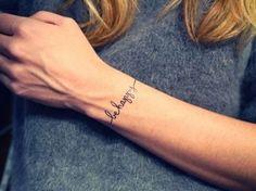 Scritta Be Happy tatuata sul polso