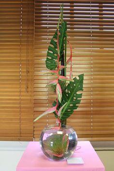 Tropical Floral Arrangements, Creative Flower Arrangements, Ikebana Flower Arrangement, Church Flower Arrangements, Ikebana Arrangements, Flower Centerpieces, Tropical Flowers, Flower Decorations, Altar Flowers