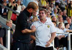Liverpool manažér Jürgen Klopp trasie rukou s Burton Albion manažér Nigel Clough