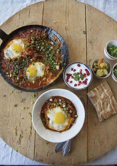 Vavishka ist ein schnelles persisches Pfannengericht aus Hackfleisch, Zwiebeln, Tomaten, Kurkuma, Advieh (das Juwel unter den Gewürzen der persischen Küche) und wird ganz zum Schluss mit Eier gekrönt.