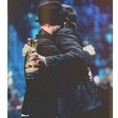 Remember that beyond wonderful VMA's performance that Justin Timberlake did in 2013 which was and is the best performance of all time and Jimmy Fallon introduced him. So cute. Video Vanguard Award.