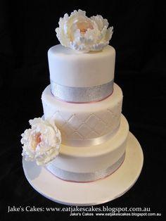 Torta de boda de color blanco con decoración de flores. #DecoracionBodas